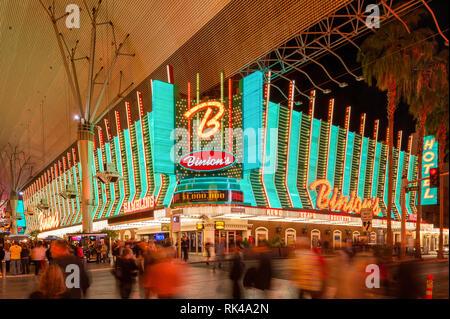 Binion's Gambling Hall an der Fremont Street Las Vegas, Nevada, USA bei Nacht. Das Casino eröffnet im Jahr 1951. - Stockfoto