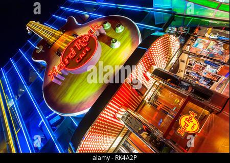 Riesige Gitarre auf der Fassade am Eingang des Hard Rock Cafe in Las Vegas, Nevada, USA bei Nacht - Stockfoto