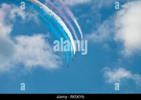 Die Royal Air Force Red Arrows Flugzeugen Rauchentwicklung, da sie ihre Routine an der Eastbourne Airshow in Sussex, UK. - Stockfoto