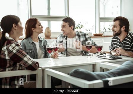 Emotionale Kollegen ausgaben Pause zusammen im Cafe - Stockfoto