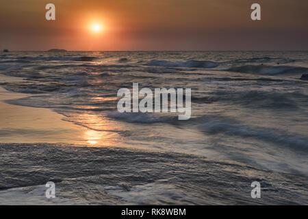 Schönen Sonnenaufgang über dem Strand in Ko Samet, Thailand - Stockfoto