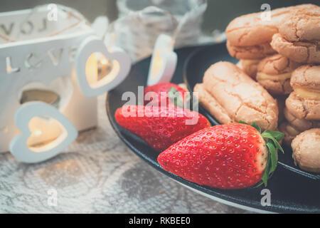 Pfannkuchen aus Blätterteig mit Erdbeeren, Europäischen hausgemacht. Hausgemachte Kekse für Tee. Close-up
