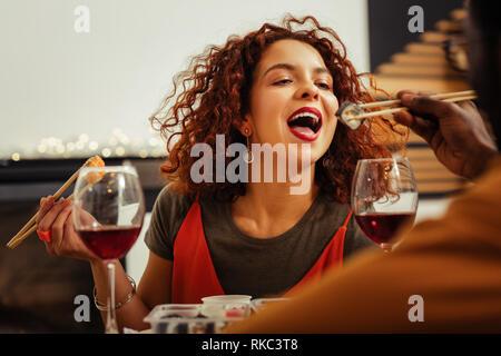 Nahaufnahme des rothaarigen Freundin essen Sushi mit ihrem Mann - Stockfoto