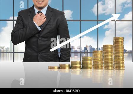 Geschäftsmann mit Goldmünzen Wachstum in Office conference Tagungsraum auf Foto verschwommen Stadtlandschaft, die Investitionen der Unternehmen Wachstum Konzept - Stockfoto