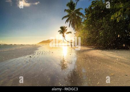 Exotische Insel bei Sonnenaufgang und in der Regen - Stockfoto
