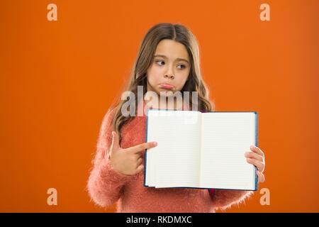 Traurige Nachrichten. Mädchen halten Buch orange hinterlegt. Kind anzeigen offene Seiten aus dem Buch oder Notepad. Book Store Konzept. Kostenlose Bücher zum Lesen. Kindheit in der Literatur. Entwicklung und Bildung. Schlechte Note. - Stockfoto