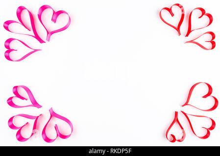 Herzen aus Rosa und Rot, Satinband auf weißem Hintergrund mit Freistellungspfaden und kopieren Sie Raum in der Mitte, die Aussicht von oben. Valentines Tag con - Stockfoto