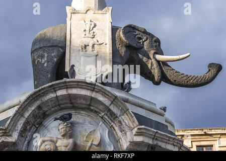 18 Elefanten Brunnen (Fontana dell'Elefante auch u Liotru genannt) am Domplatz (Piazza del Duomo), Symbol von Catania, Sizilien, Italien. - Stockfoto