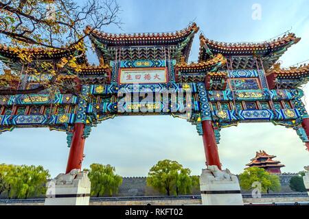 Kunstvollen chinesischen Tor Pfeil Watch Tower Gugong Verbotene Stadt Peking, China. Der Kaiserpalast in den 1600er Jahren in der Ming Dynastie errichtet. Die Englische - Stockfoto
