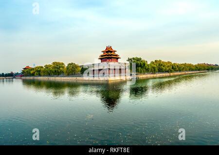 Pfeil Watch Tower Gugong Verbotene Stadt Graben Canal Plaace Mauer Peking Chinas Kaiser Palast in den 1600er Jahren in der Ming Dynastie errichtet wurde. - Stockfoto
