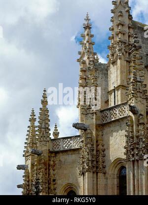 Spanien, Kastilien und Leon, Segovia. Die Kathedrale, 1525-1577. Spät gotischen Stil. Architekt: Juan Gil de Hontañon. Es wurde von seinem Sohn Rodrigo Gil de Hontañon fortgesetzt. Detail der pinnacles und Wasserspeiern des Äußeren. - Stockfoto
