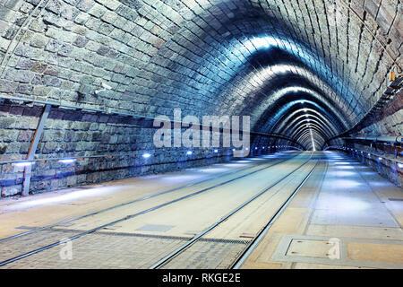 Tunnel mit Eisenbahn und Straßenbahn - Stockfoto