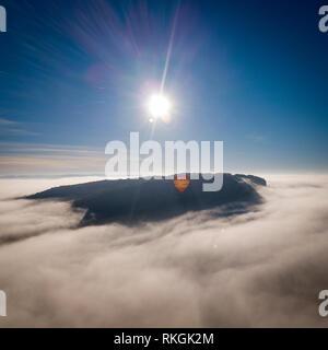 Heißluftballon fliegen über Nebel in der Nähe von Vézac Château, Dordogne, Aquitaine, Frankreich