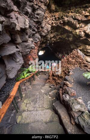 Nicht identifizierbare Tourist besuchen berühmte Höhle Los Jameos del Agua auf Lanzarote, Kanarische Inseln, Spanien. - Stockfoto