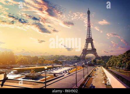 Blick auf Gärten Trocadero und dem Eiffelturm bei Sonnenaufgang, Paris. - Stockfoto