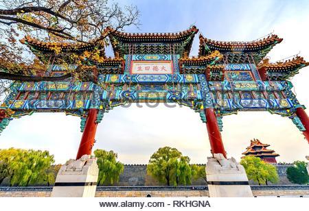 Kunstvollen chinesischen Tor Pfeil Watch Tower Gugong Verbotene Stadt Peking, China. Der Kaiserpalast in den 1600er Jahren in der Ming Dynastie errichtet. Chinesisch - Stockfoto