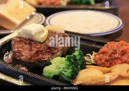 Gegrilltes Rindfleisch Rumpsteak mit Beilagen - Stockfoto