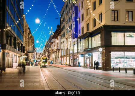 Helsinki, Finnland. Die Straßenbahn fährt von der Haltestelle Aleksanterinkatu Straße. Straße mit Eisenbahn in Kluuvi erhalten Bezirk am Abend oder in der Nacht Weihnachten Neue - Stockfoto
