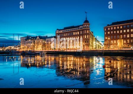 Helsinki, Finnland. Blick auf Pohjoisranta Straße am Abend oder in der Nacht die Beleuchtung. - Stockfoto