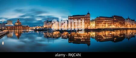 Helsinki, Finnland. Panoramablick auf Kanavaranta Straße mit der Uspenski-kathedrale und Pohjoisranta Straße in Abend Nacht Illuminationen. - Stockfoto