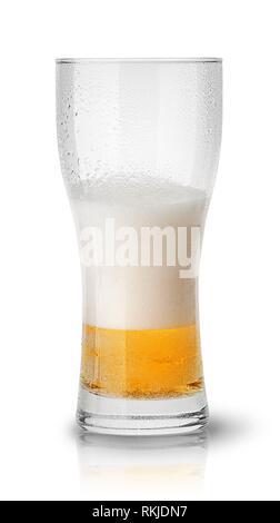 Paar Bier in verschwitzten Glas auf weißem Hintergrund. - Stockfoto