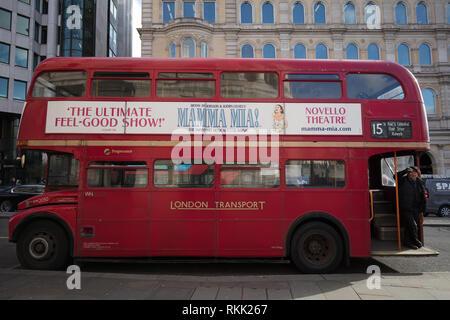 London, Großbritannien. 11. Februar 2019. Erbe Routemaster roter Bus mit dem Dirigenten, betreibt noch täglich zwischen Trafalgar Square und der Tower von London, bis zum 1. März dieses Jahres, wenn der Bus wird nur am Wochenende laufen. Credit: Joe Kuis/Alamy leben Nachrichten - Stockfoto