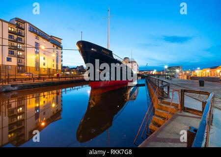 Nacht der Fingal schwimmendes Hotel in Leith Docks, Edinburgh, Schottland, Großbritannien - Stockfoto