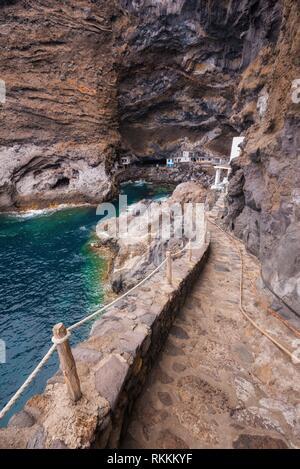 Versteckte Häuser in die touristische Attraktion pirate Höhle von El Poris de Candelaria, auf der Insel La Palma, Kanarische Inseln, Spanien. - Stockfoto