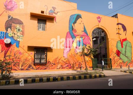 Der Mensch steht vor einem Wandgemälde des mexikanischen Künstlers Saner in Lodhi Kolonie, New Delhi, Indien gemalt - Stockfoto