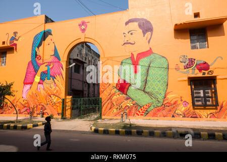 Indischer junge Spaziergänge hinter einem Wandbild von Mexikanischen Künstler Saner in Lodhi Kolonie, New Delhi, Indien gemalt - Stockfoto