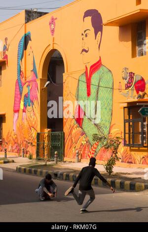 Junge Männer das Erstellen von Fotos vor einem Wandgemälde des mexikanischen Künstlers Saner in Lodhi Kolonie, New Delhi, Indien gemalt - Stockfoto