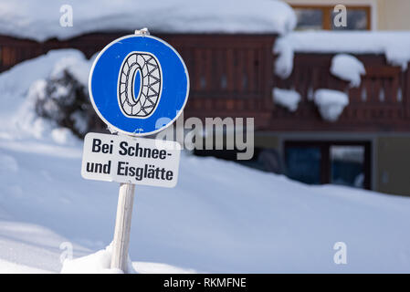 Kette Verkehrsschild, bei Schnee- und Eisglätte Warnung, Winterdienst, Schnee Kette Verpflichtung, Bezirk Liezen, Steiermark, Österreich, Europa - Stockfoto