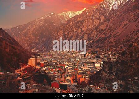 Andorra la Vella Skyline bei Sonnenuntergang in den Bergen der Pyrenäen.