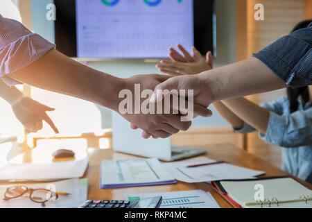 Geschäft Leute die Hände schütteln bis Beendigung einer Versammlung. Zwei zuversichtlich, Geschäftsmann, Hände schütteln während einer Sitzung im Büro, Erfolg, Umgang, greeti - Stockfoto