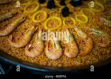 Eine feshly gekochte Paella in einem Restaurant in Valencia, Spanien. - Stockfoto