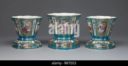 Garnitur von drei Blumenvasen (Vasen Hollandois) - Über 1761-Sèvres Porzellan Manufaktur Französisch, gegründet 1740 gemalt von André-Vincent - Stockfoto