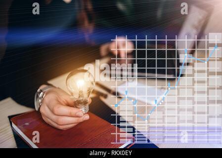 Business Frauen Hand, die Glühbirne. Konzept der virtuellen Diagramm, Grafik Schnittstellen, digitale Anzeige, Verbindungen, Statistiken Symbole. Neue Ideen mit Innov - Stockfoto