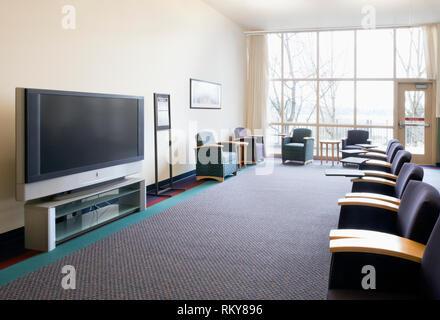 Sitze und Fernseher in der Lounge - Stockfoto