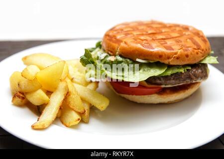 Cheeseburger mit Pommes Frites - Stockfoto