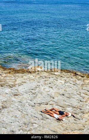 Zwei junge Frauen am Strand. Chersonissos, Kreta, Griechenland. - Stockfoto