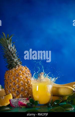 Frischer Saft dynamische Splash. Tropische Früchte, Bananen, Ananas, und Dragon Obst. Exotischen drink Aktion Fotografie mit Kopie Raum - Stockfoto
