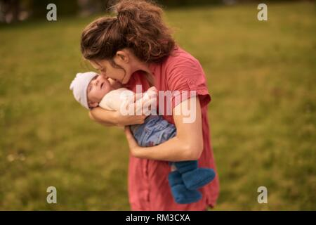 Mutter, Baby, im Freien, im Park, Generationen, an Neuhofener Berg, München, Deutschland. - Stockfoto