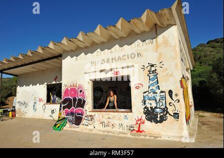 Ehemalige ruiniert Bar mit graffitis an der Cala Tirant auf die Nordküste von Menorca, Balearen, Spanien, Europa abgedeckt. - Stockfoto