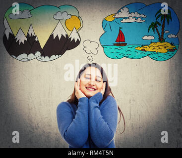 Fröhliche junge Frau posiert, Hände auf die Wangen positiv überrascht Frau hat zwischen Meer und Bergen Urlaub zu wählen. Split denken, Urlaub - Stockfoto
