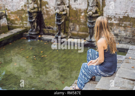 Frau Tourist in alten hinduistischen Tempel von Goa Gajah in der Nähe von Ubud auf der Insel Bali, Indonesien - Stockfoto