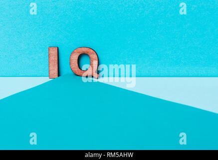 Wort IQ auf blauem Hintergrund. Intellekt und Geist - Stockfoto
