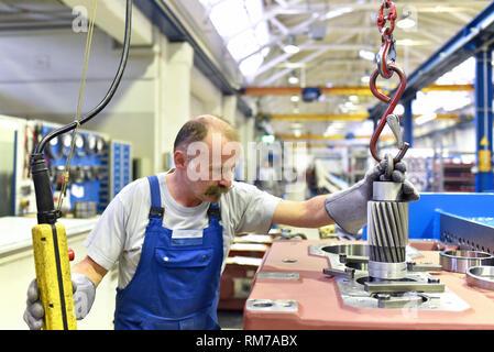 Ältere Arbeitnehmer im Maschinenbau - Industrie Fabrik für die Produktion von Stahl Getriebe - Stockfoto