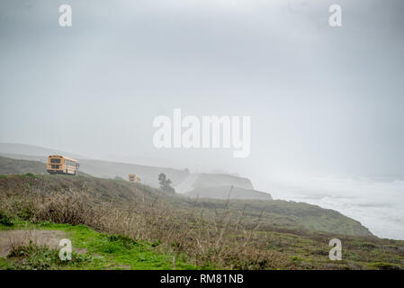Yellow School Bus Antriebe Pacific Coast Highway um Santa Cruz, Kalifornien - Stockfoto