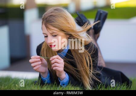 Jugendlicher Teenager alias junge Frau Beine Fersen