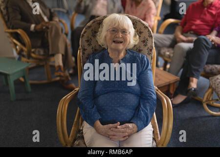 Vorderansicht der älteren Frau mit Hand umklammerte mit Kamera im Pflegeheim suchen - Stockfoto